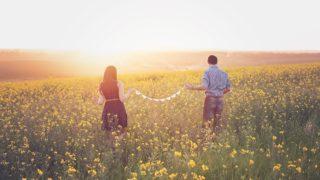 花畑を歩く男女の画像
